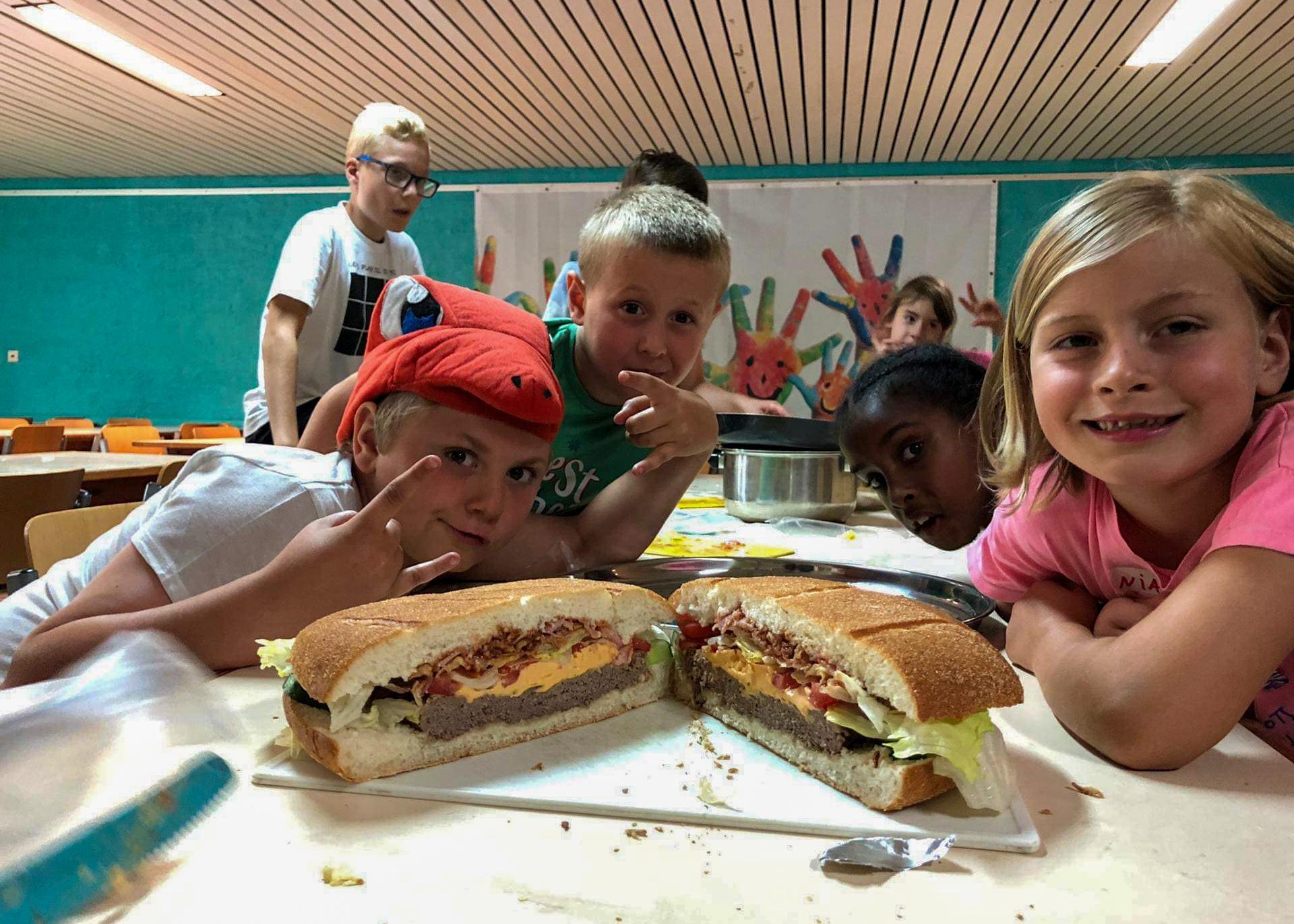 speelplein_KwikKwak_grote hamburger_reuzachtig_hamburger_kinderen_koke_kampen_zomerkamp_paaskamp_brasschaat